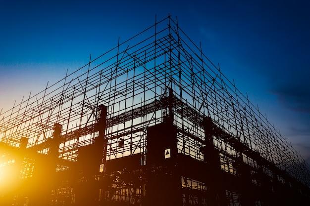 Siluetas del sitio de construcción