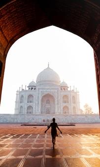 Siluetee a la mujer que camina cerca de taj mahal en agra la india.