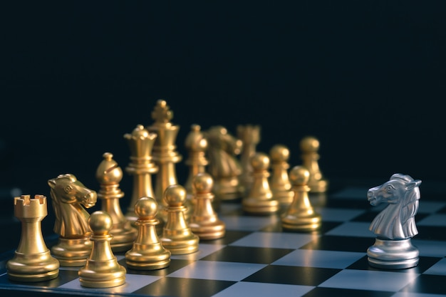 Silver horse chess está caminando por el tablero de batalla de ajedrez dorado