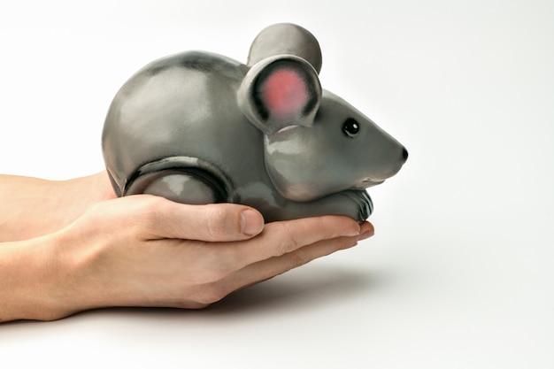 El símbolo de 2020 es una rata gris o un ratón sobre un gris