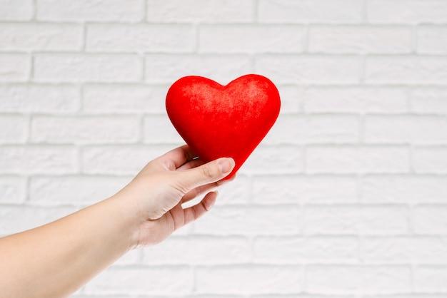 Símbolo de amor contra el fondo de una pared.