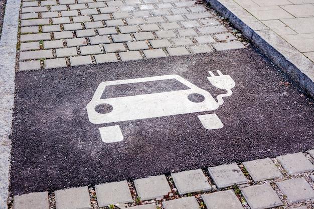 Símbolo de aparcamiento para coches eléctricos de carga.