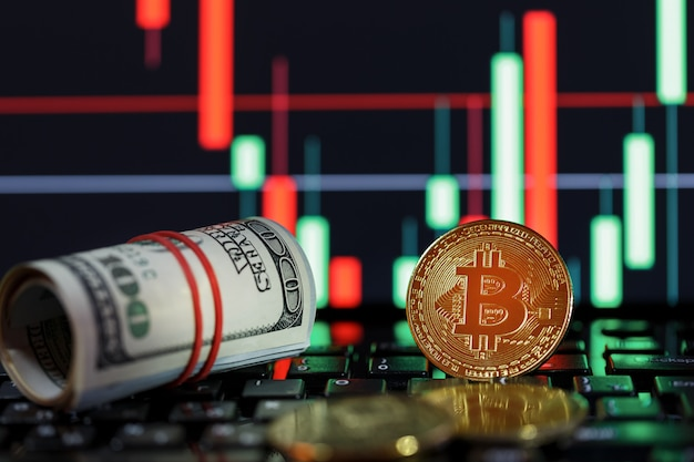 Símbolo de bitcoins y moneda de oro cerca de billetes de dólar