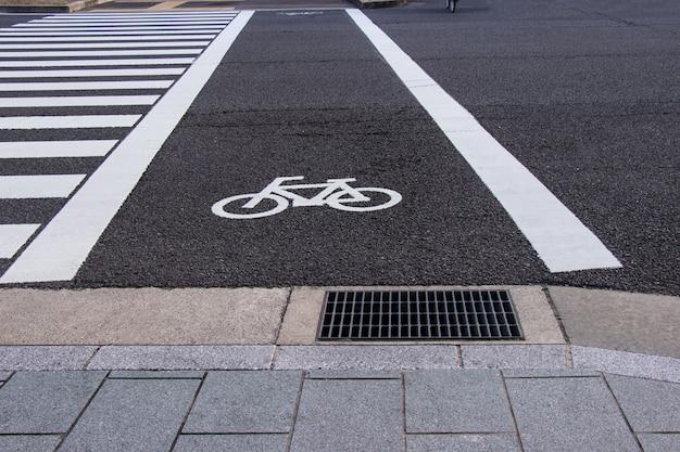 Símbolo de carril de bicicleta con paso de peatones en la calle y ventilación de aire