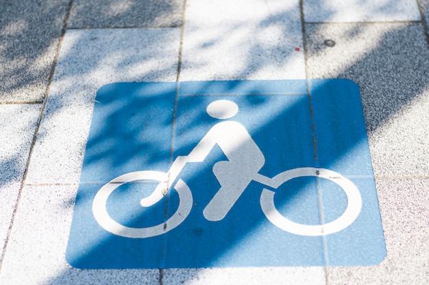 Un símbolo para los ciclistas durante el día en tokio, japón.