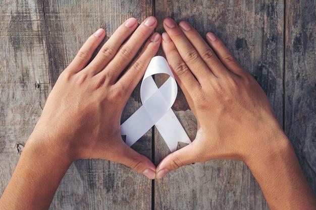 Símbolo de la cinta blanca de la paz día internacional de la no violencia.