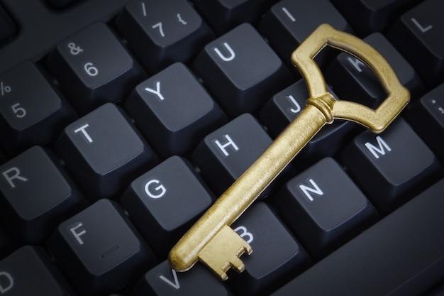 Símbolo de la clave de seguridad informática en el teclado. de cerca.
