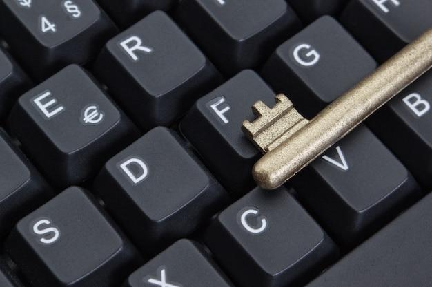 Símbolo de la clave de seguridad de internet en el teclado de la computadora. de cerca.