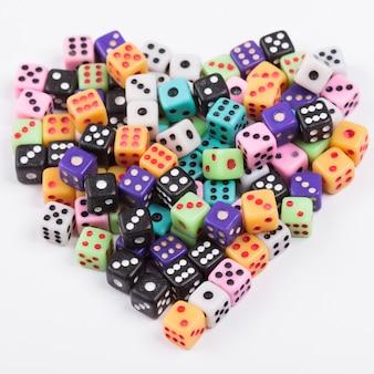 Símbolo del corazón hecho de cubos de juego. concepto de dia de san valentin