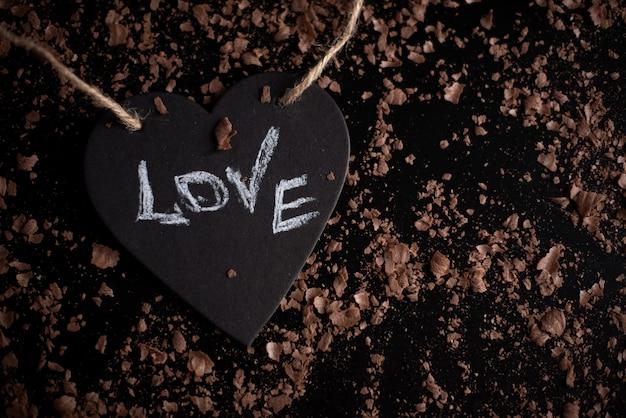 Símbolo del corazón con la inscripción amor, el concepto de un corazón roto, ruptura, divorcio