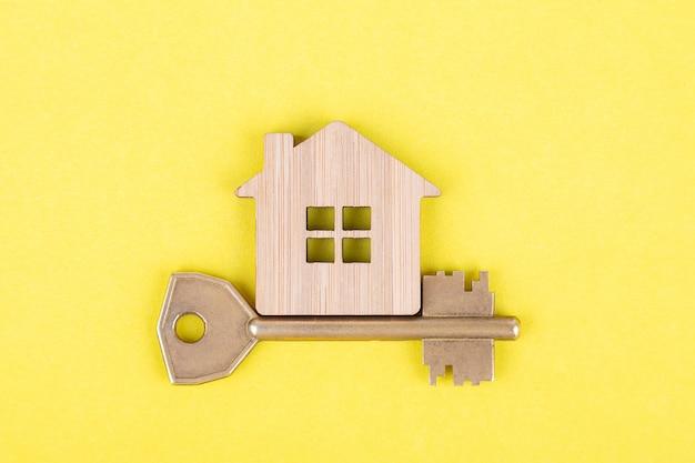 Símbolo decorativo de madera de una casa con llave.