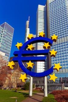 Símbolo del euro en frankfurt am main, alemania