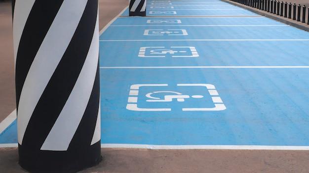 Símbolo internacional para discapacitados pintado en azul brillante en un espacio de estacionamiento del centro comercial.