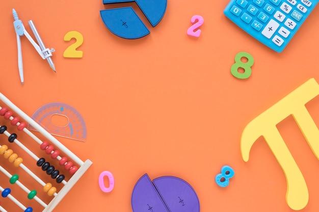Símbolo de pi y matemáticas de vista superior con números
