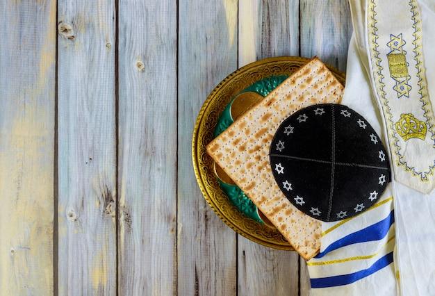 Símbolo del plato de pascua, matza con kipah y tallit en la celebración de pesah