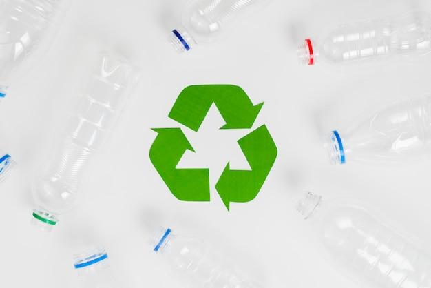 Símbolo de reciclaje ecológico verde y botellas de plástico.