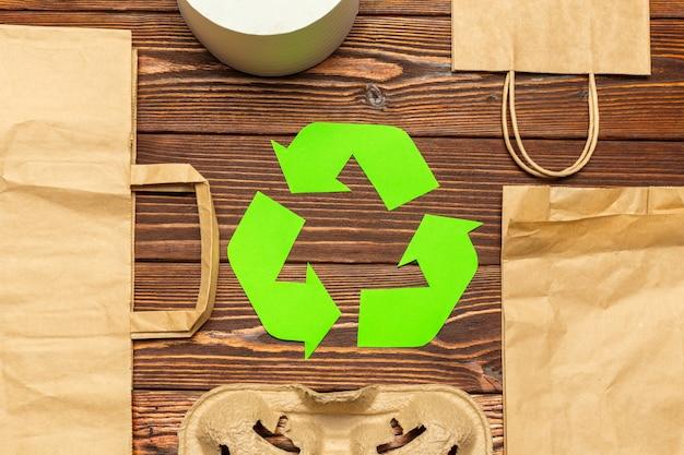 Símbolo de reciclaje en la mesa