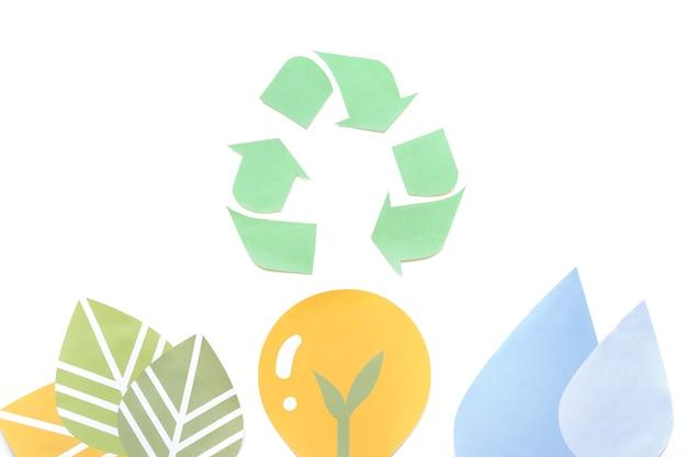 Símbolo de reciclaje de papel con figuras de ecología