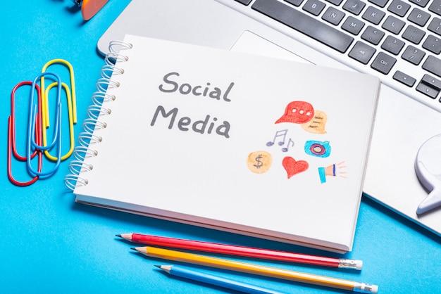 Símbolo de las redes sociales en el cuaderno spital
