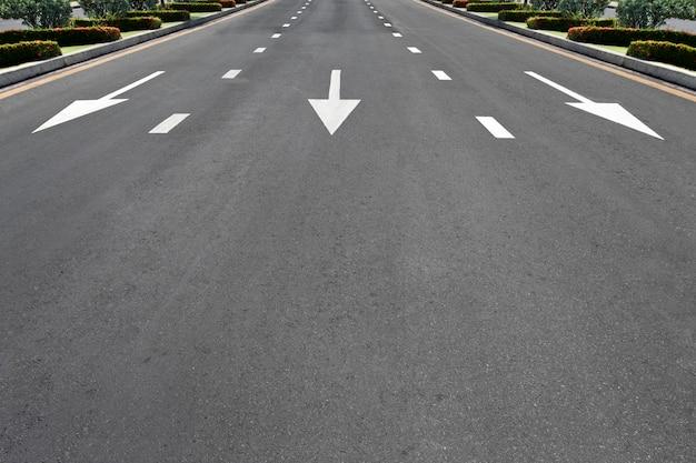 Símbolo de tráfico en la carretera de superficie