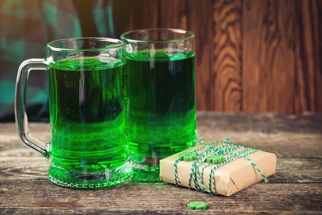 Símbolo de vacaciones del día de san patricio. humor afortunado espacio para texto. cerveza verde y regalos para la celebración.
