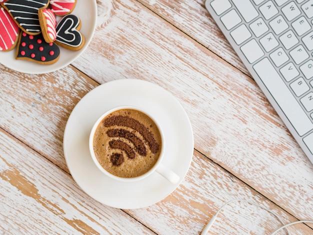 Símbolo de wifi en la taza con teclado
