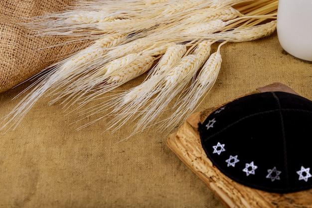 Símbolos de la festividad judía shavuot torá y madera de shofar
