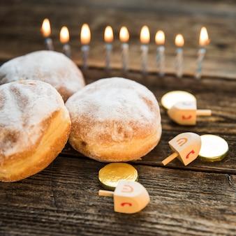 Símbolos de hanukkah cerca de donuts