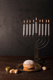 Símbolos de hanukkah en la mesa