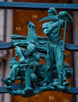 Símbolos paganos del zodiaco en el golden gate catedral de san vito en praga