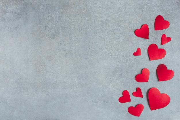 Símbolos de papel rojo de corazón