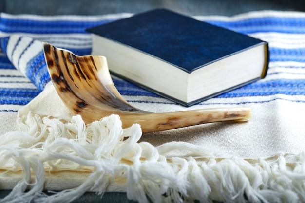 Símbolos tradicionales: shofar - cuerno, tallita y torá.