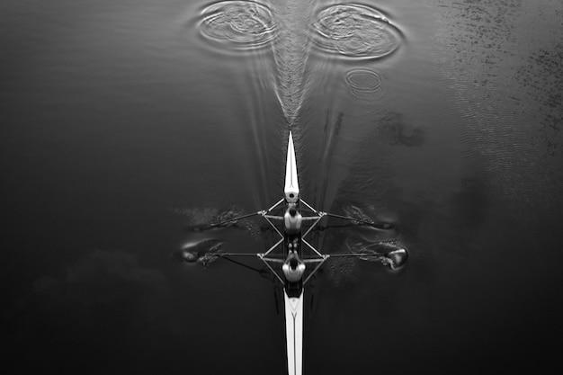 Simetría perfecta de un barco deportivo en canoa.
