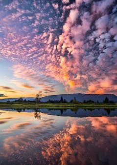 Simétrico de nubes cubierto cielo azul