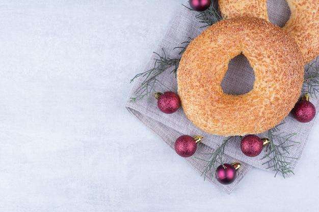 Simits turcos con adornos navideños sobre mantel.
