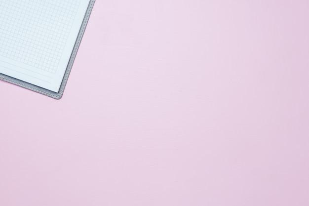 Un simple cuaderno blanco vacío con un espacio en blanco para dibujar o escribir.