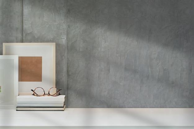 Simula el póster o el marco de fotos en el espacio de trabajo de loft y copia espacio