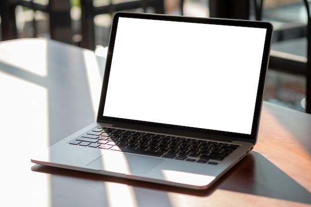 Simulacro usando laptop con computadora de pantalla en blanco moderna