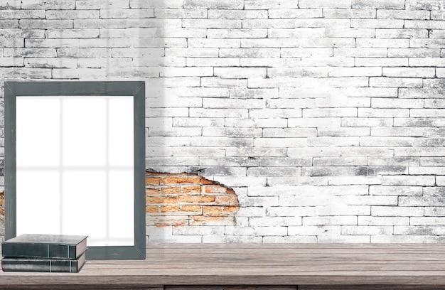 Simulacros de cartel o marco de fotos en mesa de madera con libros.