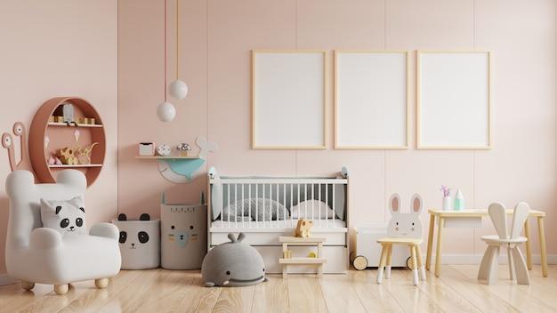 Simulacros de carteles en el interior de la habitación infantil, carteles sobre fondo de pared de color crema vacío, representación 3d