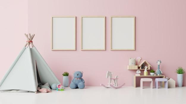 Simulacros de carteles en el interior de la habitación infantil sobre fondo rosa.