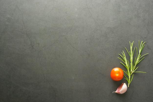 Simulacros de comida de romero y tomates cherry.