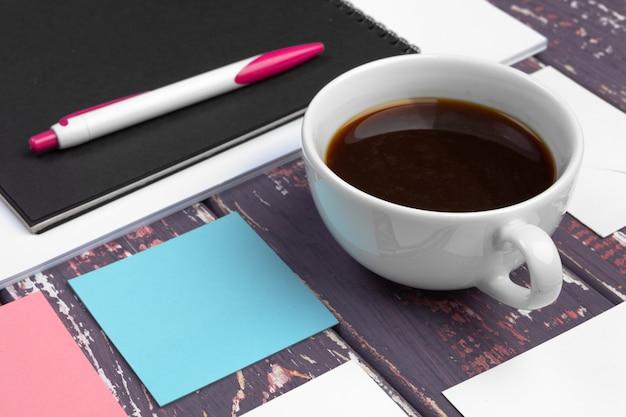 Simulacros de conjunto de plantilla de identificación, cuaderno y taza de café. descanso