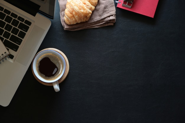 Simulacros de espacio de trabajo café, laptop y copia espacio
