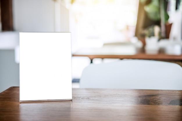 Simulacros de marco de menú en blanco en la mesa en la cafetería soporte para su texto