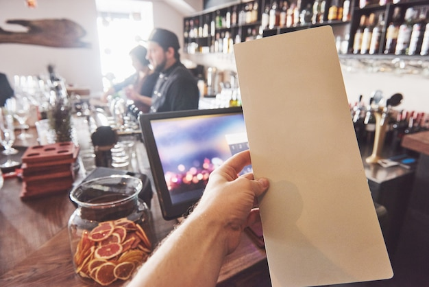 Simulacros de marco de menú en la mesa en el fondo del bar restaurante cafe