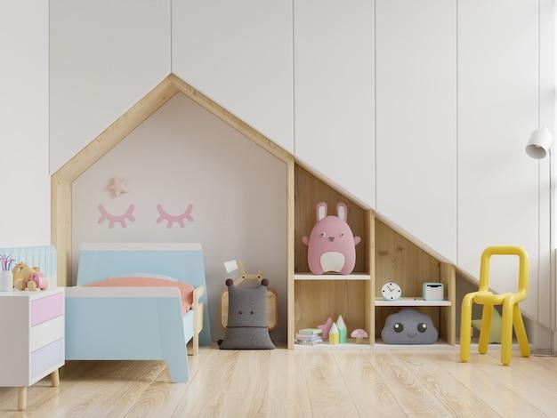Simulacros de pared en la habitación de los niños en pared blanca.