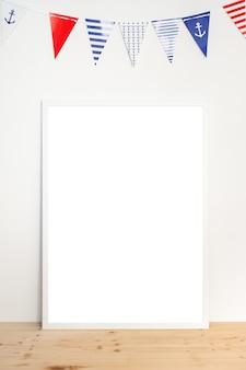 Simulacros de póster en un marco blanco sobre fondo blanco con guirnalda