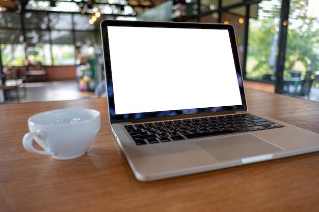 Simulacros usando una computadora portátil con pantalla en blanco espacio de trabajo moderno en una cafetería