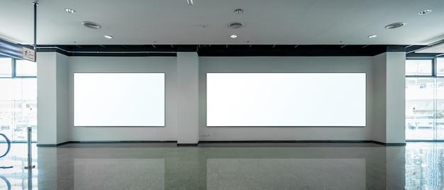 Simulacros de vallas publicitarias en blanco en la pared